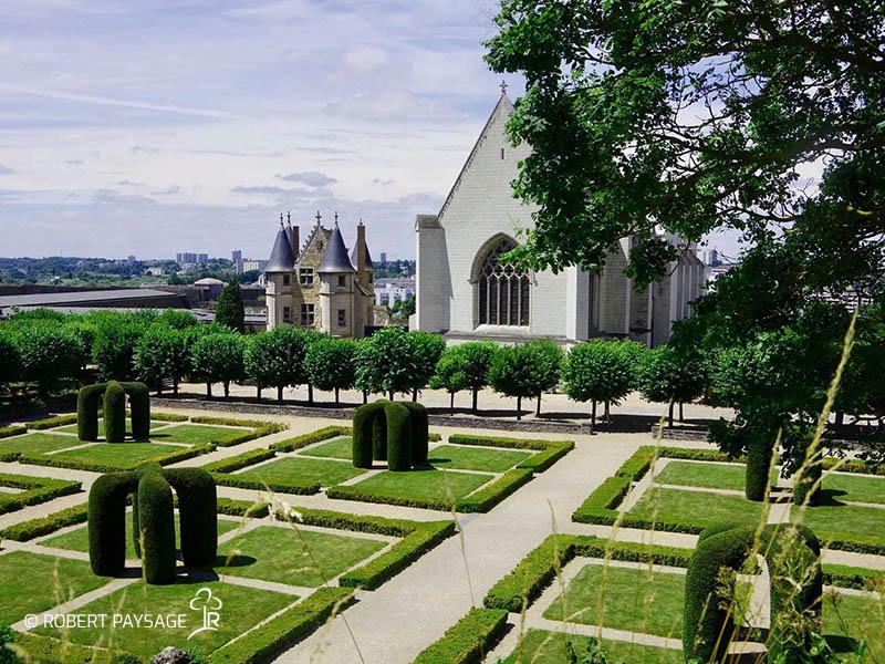 Entretien du jardin du logis David Merrett château d'Angers