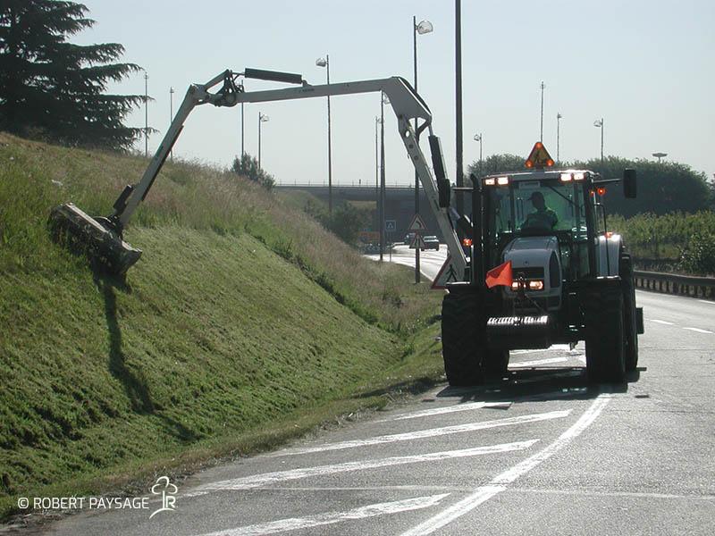 Entretien bas côtés routes d'accès aéroport